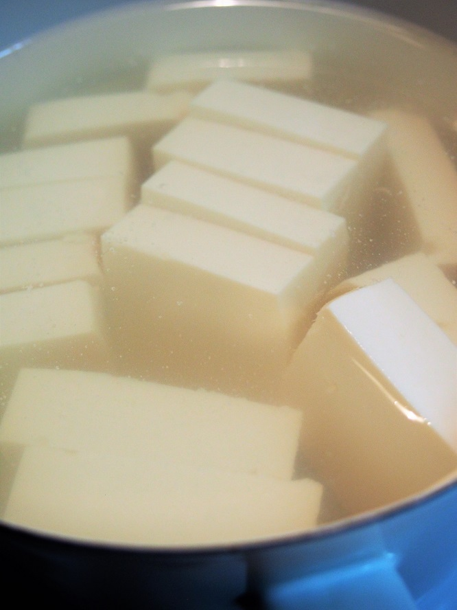 豆腐を茹でる