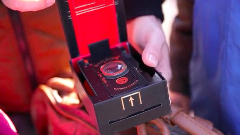 クラウドファンディング・Kickstarterに登場した段ボールでできたインスタントカメラ「Jollylook」の紹介 。マニュアル撮影、二重露光まで対応しているので、かなり楽しめそうだ。4-1