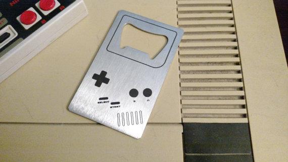 ゲーマーにオススメの「Video Game Bottle Opener」。お世話になったという表現では伝わらないくらいたくさんのゲームで遊んだ記憶がある、思い出のハードだ。クレジットカードサイズと、ドッグタグサイズの2種類が展開されている。 - See more at: https://www.roomie.jp/?p=371647&preview=true#sthash.bL00BKtX.dpuf-4