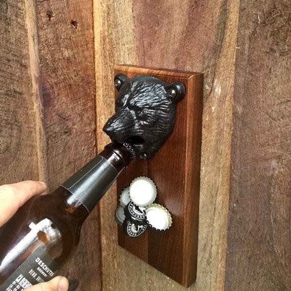 クマ好きにオススメの「Bear Bottle Opener」。壁に取り付けて使うタイプの栓抜き。首元に王冠がどんどんと溜まっていく様は若干シュールだが、便利といえば便利だ。 - See more at: https://www.roomie.jp/?p=371647&preview=true#sthash.bL00BKtX.dpuf-6