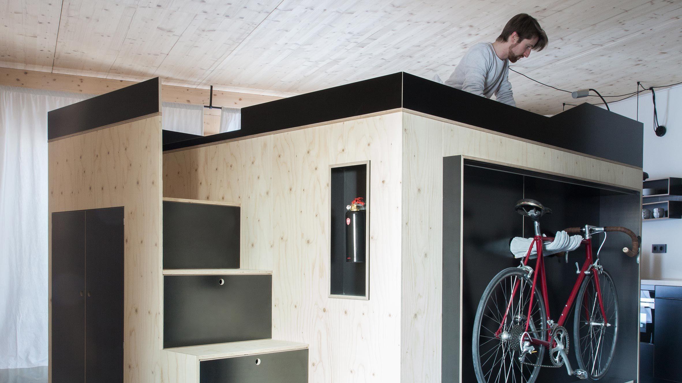 キューブ状「Kammerspiel」は、部屋の中に置く部屋だ。大量の収納、ベッド、自転車置き場など、生活に必要な機能が凝縮されている。限られた部屋の空間を上手く利用するためにデザインされてるので、都市部の暮らしと相性バツグンだ。top
