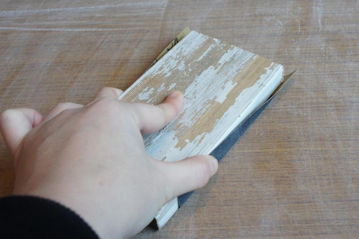 テーブルのDIY術、紙やすりをかける