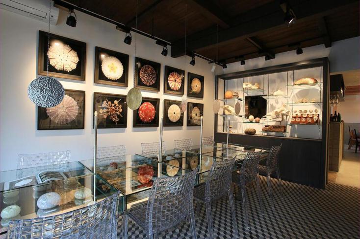 ガラステーブルは展示台でもあり、飲食をすることもできる