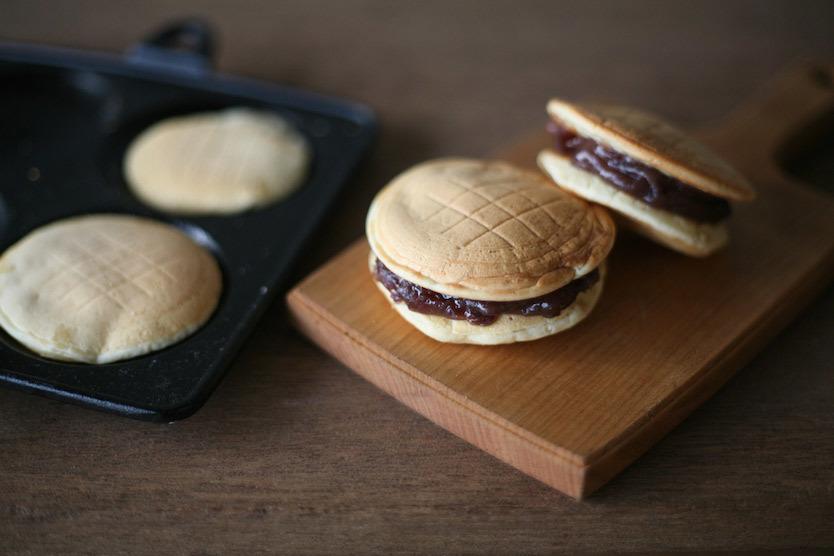 2枚のパンケーキ生地の間にあんこを挟めば、和風スイーツにもなる