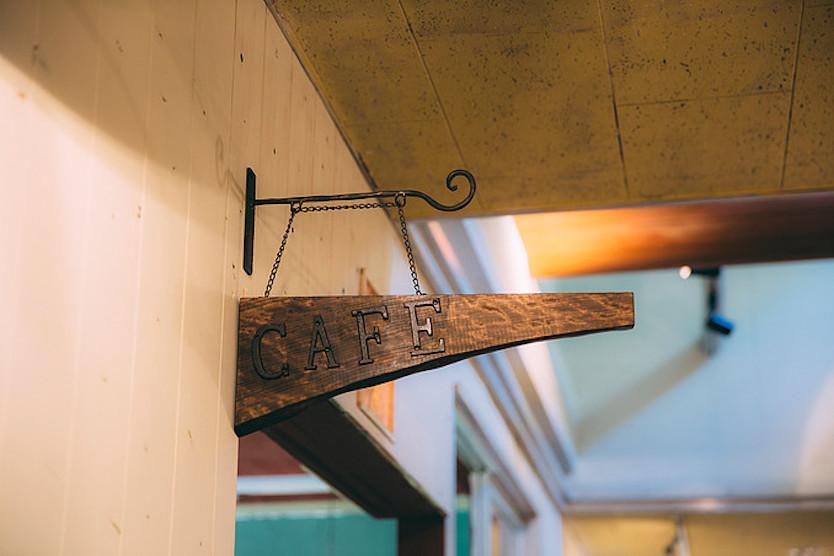 カフェの入り口には、廃材を利用した看板