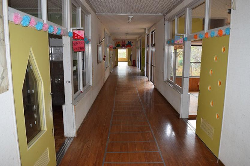 保育園の無機質だった廊下が、木のぬくもりを感じるカウンタースペースに変身