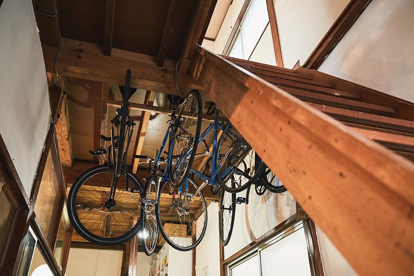 古民家に自転車を吊るす