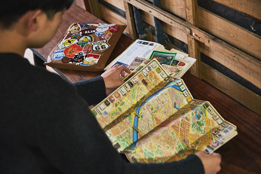 世界旅行中に収集したマップやステッカー
