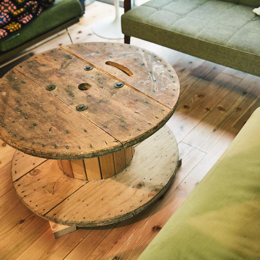 アンティークな材のテーブル