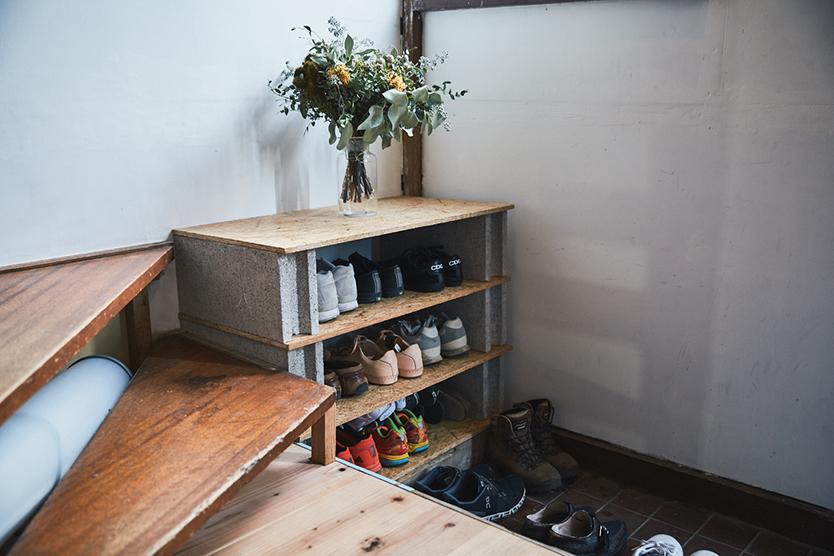 玄関にコンクリートの靴箱