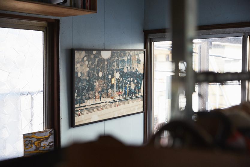 水色の壁に絵を飾る