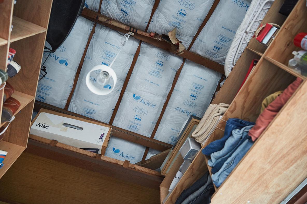 断熱材がむき出しの天井