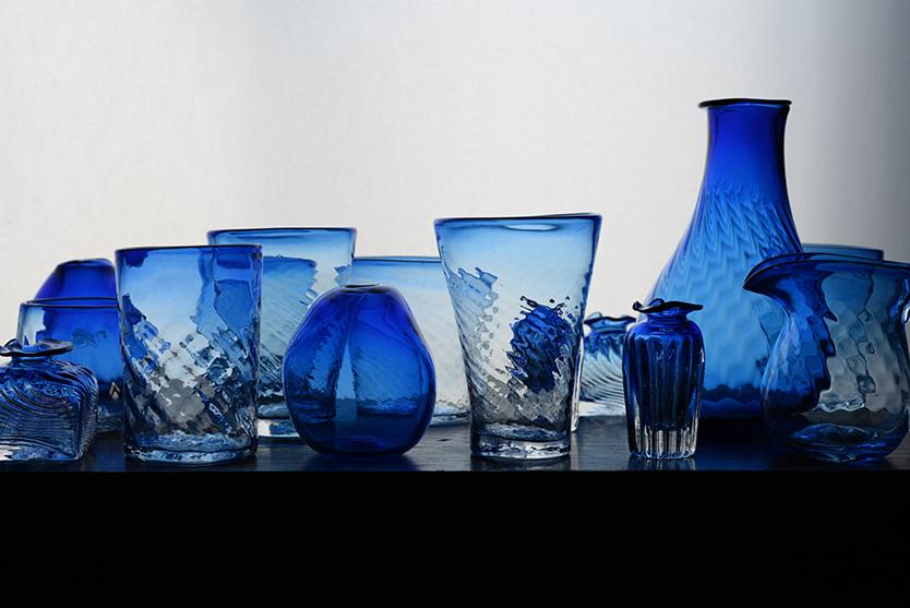 青が美しいガラスの器