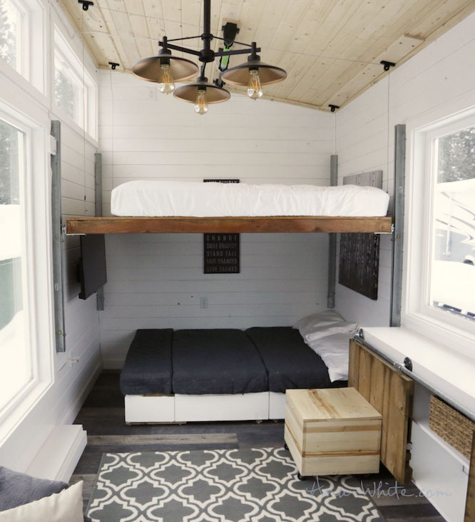 ベッドはリフト式。小さなトレーラーハウスで快適に暮らす空間の仕掛け Roomie(ルーミー)
