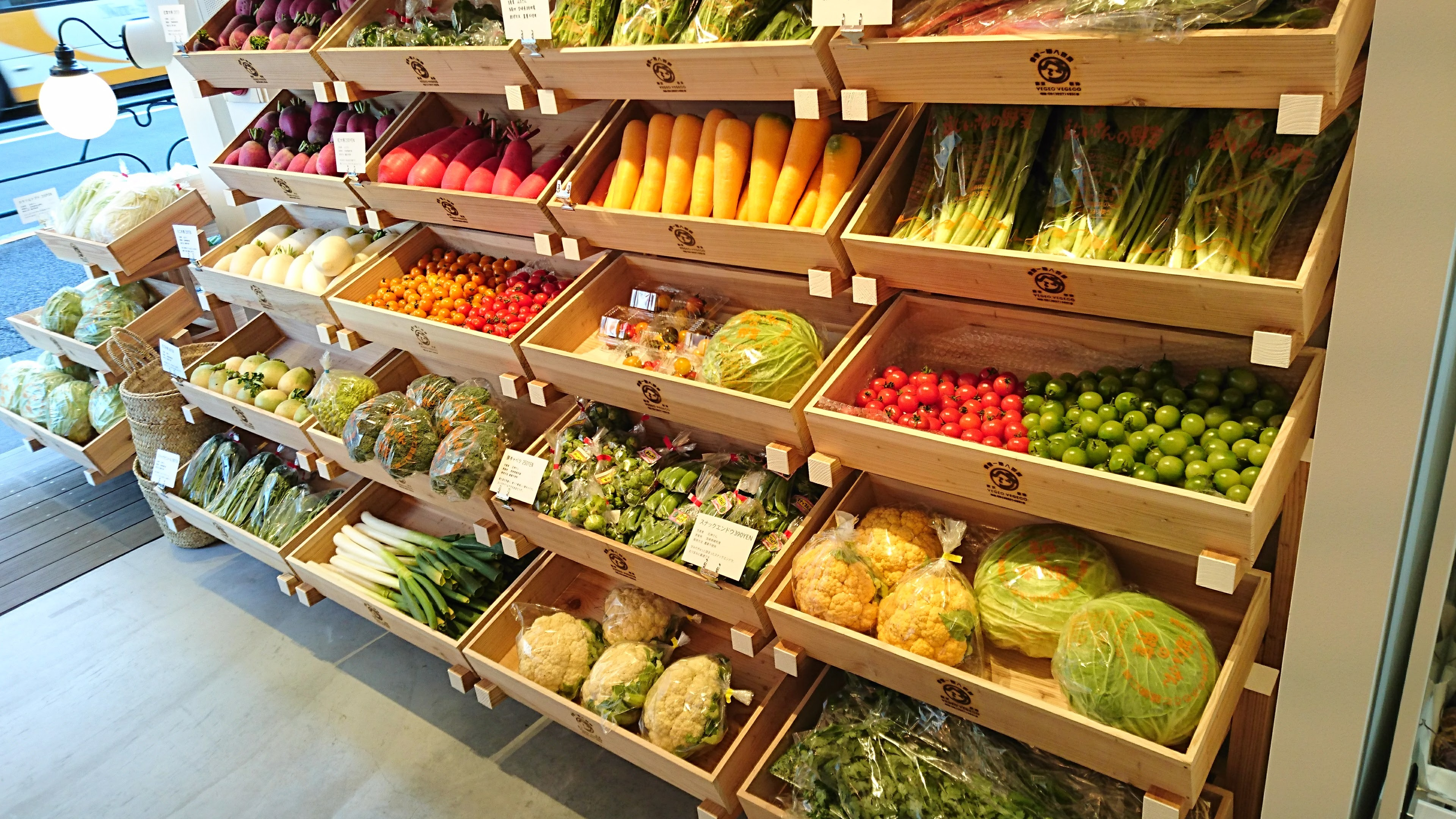 わずか8坪の店内に並ぶのは、宮崎で育った無農薬や減農薬の地球と人にやさしい野菜や果物たち