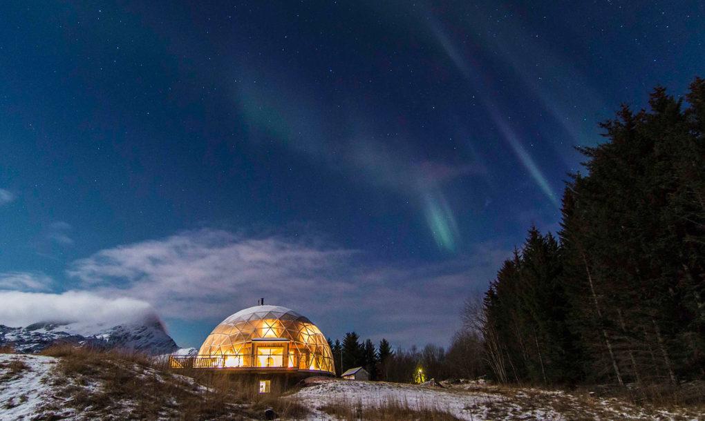 北極圏内に位置するこの島には、温室のような家に住み、サステイナブル(環境に負荷のない、持続可能)な暮らしと楽しむ家族と、その温室のような家の紹介。これから私たちの暮らしはもっと多様化していくのではないだろうか。-house-by-benjamin-and-ingrid-hjertefolger-1020x610-1
