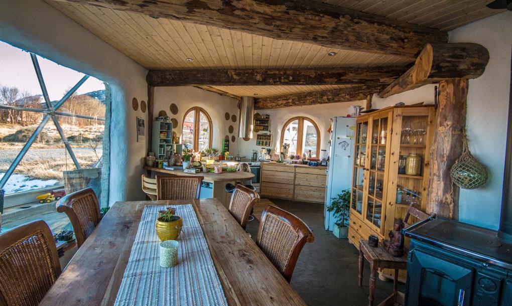 北極圏内に位置するこの島には、温室のような家に住み、サステイナブル(環境に負荷のない、持続可能)な暮らしと楽しむ家族と、その温室のような家の紹介。これから私たちの暮らしはもっと多様化していくのではないだろうか。-house-interior-1020x610-6