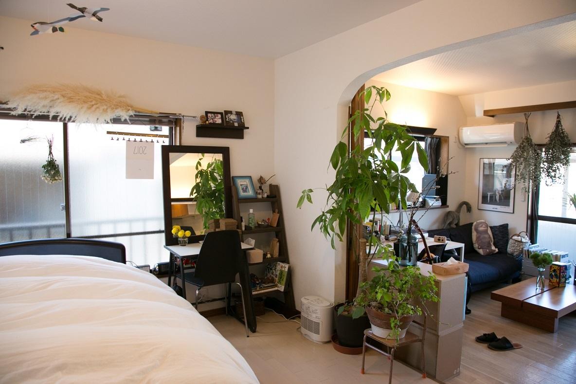 渋谷区神山町に住むカレー好きな高橋さんとフラワーコーディネーターの高堂さんの部屋を紹介
