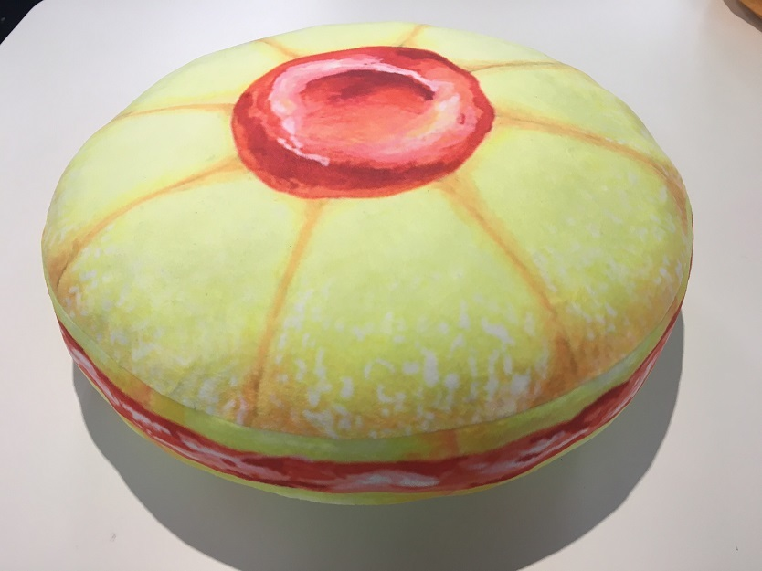 インスタグラムを中心に活躍するアーティスト・NAZUNA NONO氏が作るのは、鏡やクッションと「お菓子」の柄を組み合わせたアイテム - See more at: https://www.roomie.jp/?p=372372&preview=true#sthash.2e3zsHGg.dpuf