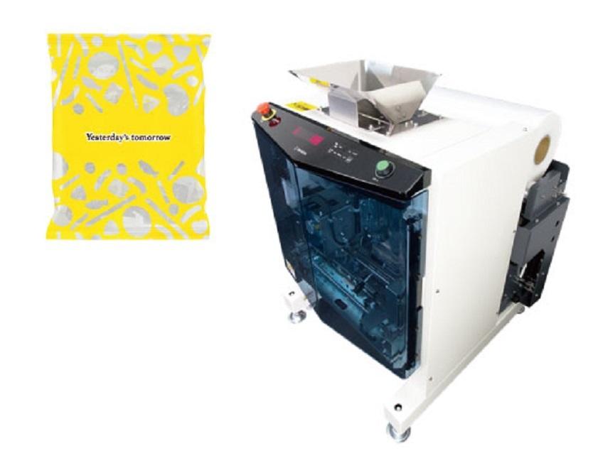 お菓子の「包装機」も。ラッピングの工程を目の前で見ることができ、オリジナルギフトの作成も可能