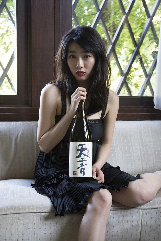 藤代冥砂撮りおろし「きらめく一升瓶女子写真展」