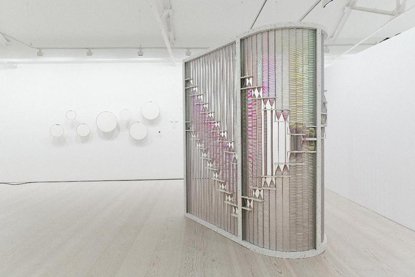 ロンドンで開催されたCOLLECT The International Art Fairに展示された「Curved Twist」は、2人のデザイナーによって制作された「自由な形」と「美しい反射」が特徴の、画期的な間仕切り。top