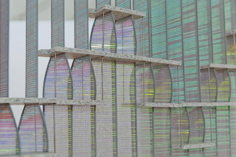 ロンドンで開催されたCOLLECT The International Art Fairに展示された「Curved Twist」は、2人のデザイナーによって制作された「自由な形」と「美しい反射」が特徴の、画期的な間仕切り。-04