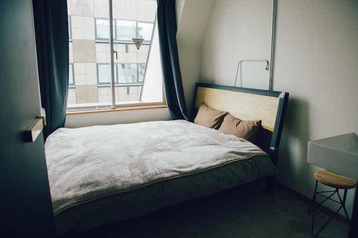 ドミトリーが苦手という人には、クイーンダブルルーム(スタンダード8,000円~)やキングダブルルーム(スタンダード10,000円~)というデスクのある個室もある