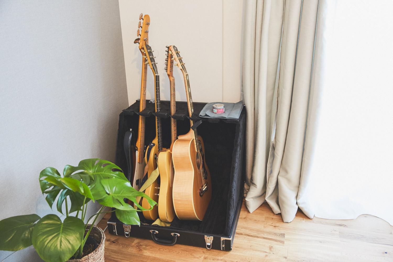 家でギターを弾く