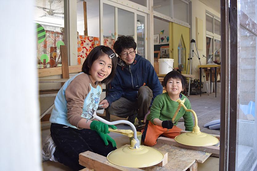 照明の傘にペンキを塗るのは子供たちの仕事
