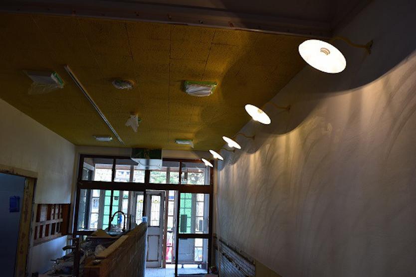 かわいらしい照明が付いた廊下に