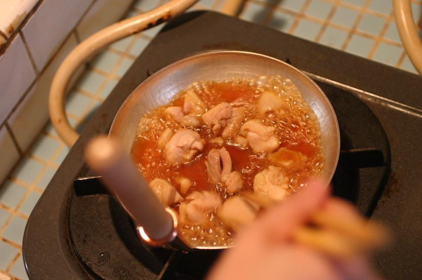 鶏肉を出汁で煮込み、火が通ったところで溶いた卵を回しかけ、三つ葉を乗せればでき上がり