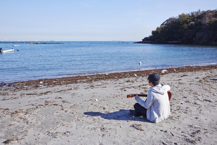 海に到着。浜辺で味わう南仏スタイルの料理って格別。まずは料理にとりかかったり、ギターを弾いたり。会議のことはとりあえず置いておいて、思い思いに海を満喫する部員たち。