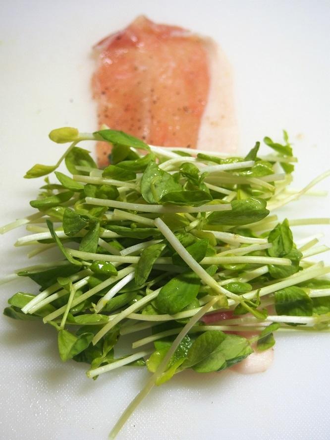 豆苗を豚肉で巻く