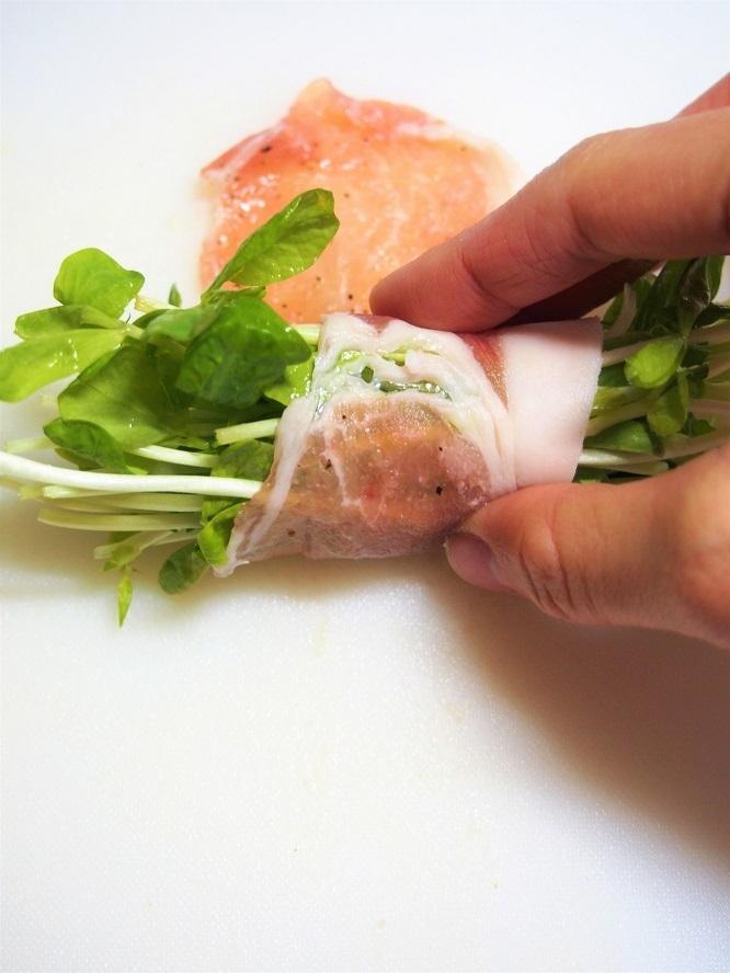 豆苗を豚肉で巻くだけの簡単ヘルシーレシピ