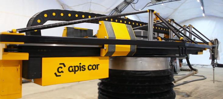 ロシアの3Dプリンターを開発する企業「Apis Cor」が制作したプリンターは、ほかのものとは方法が異なる