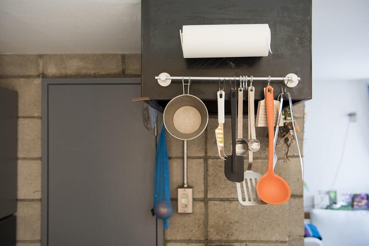 よく使う道具や野菜を吊るすことで、機能的にも使いやすいキッチンに