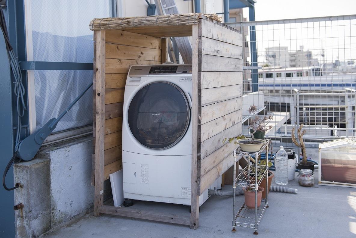 洗濯機をバルコニーに置かなくてはならないため、DIYで囲いを作った