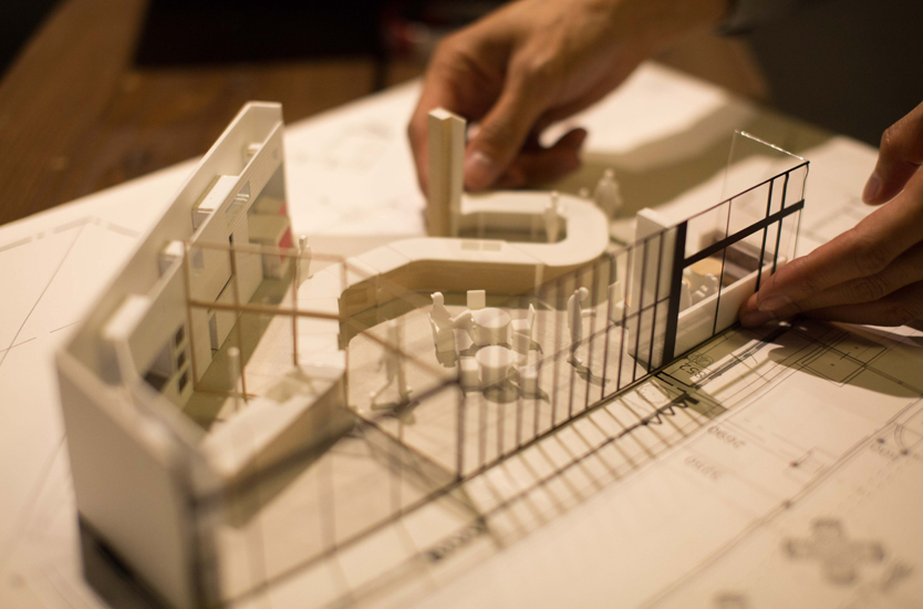 Fresh Lab. Takayamaの建築模型。イスや人型などの添景も3Dプリンタでつくられている。平本さんが過去に携わったプロジェクトに、岐阜県高山市にあるコミュニティスペースがある。当初、設計を担当していた平本さんだが、地場のスーパーの社長さんの「この場所で地元のひとのためになるようなことがしたい」という思いを受け、ハード面の整備だけではなく、具体的なコンテンツの企画も行なったという。