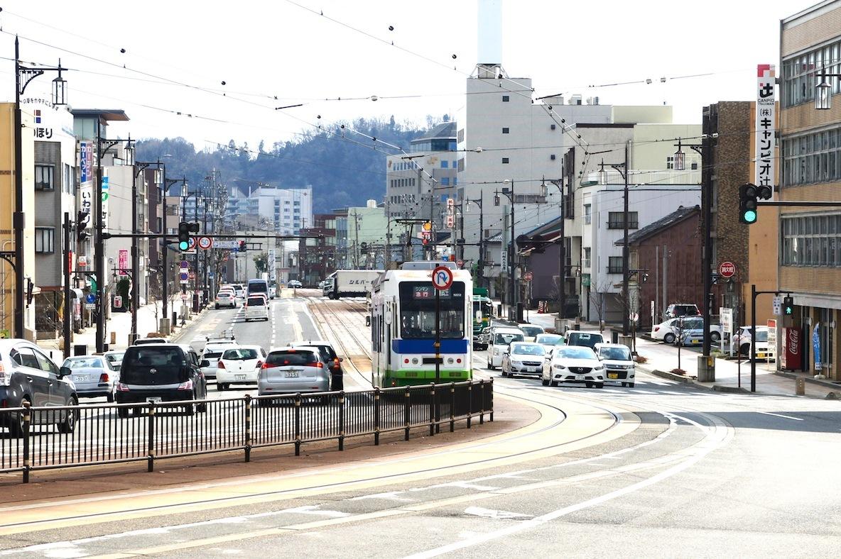"""""""徒歩でも不便なく生活できること""""を最優先に家を探し、福井市の中心市街地に居を構えた"""