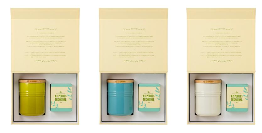 今年の「ル・クルーゼ」の新作シリーズは80'sリバイバルのピーコック柄。デンマークの老舗紅茶専門店 「A.C. PERCH'S(エーシーパークス)」の茶葉を使っ た2種類のティーバッグと、保存容器「シリンダー・ジャー」がセットになったこの時期だけの特別ギフトセット「シリンダー・ジャー&ティーギフトセット」も同じタイミングで発売されるので、気の利いたギフトとして憶えておこう。