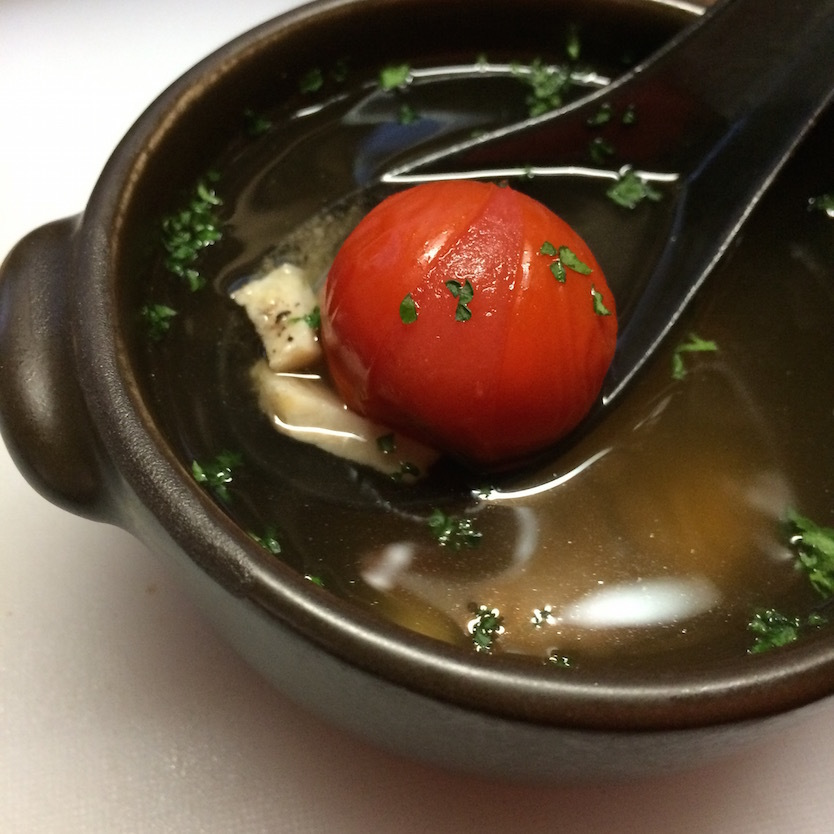 茹で汁に塩コショウ少々とお好みで醤油を少し垂らし、火にかけ煮立ってきたら玉ねぎとプチトマト、そして鶏ハムを入れる。この茹で汁は本当においしいので、ぜひ活用してほしい