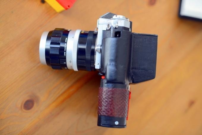 見た目もおもちゃのようなかわいさの第1弾モデルから、フィルムカメラの持つ高級そうな見た目にバージョンアップ