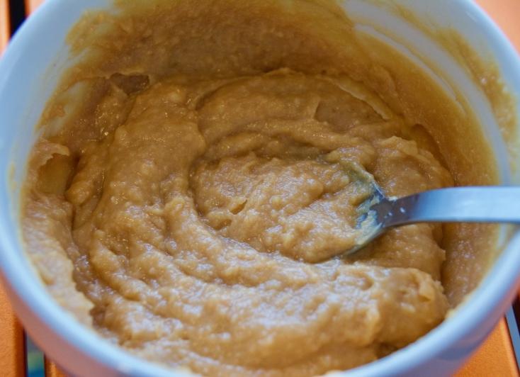 味噌、酒、砂糖、ピーナッツバターをボウルに入れて混ぜてタレを作る