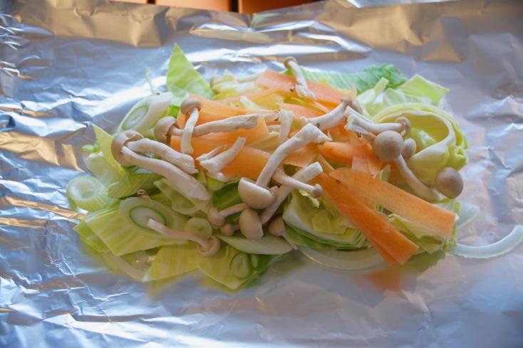 アルミホイルを2枚平らなところに置き、カットした野菜を層になるように置く