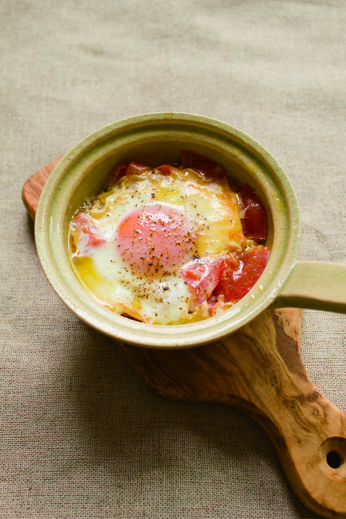 レンジや直火で簡単に朝食が作れる、コンパクトな土鍋「エッグベーカー」