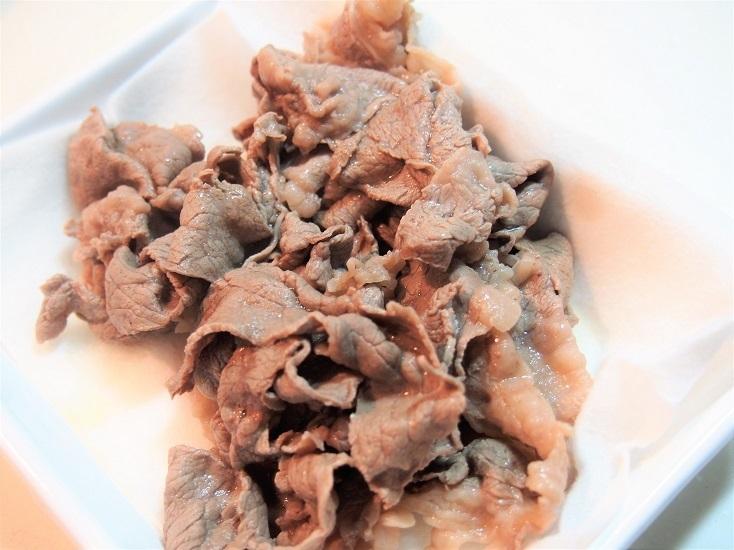 牛肉の色が変わったら取り出し、水気を切る