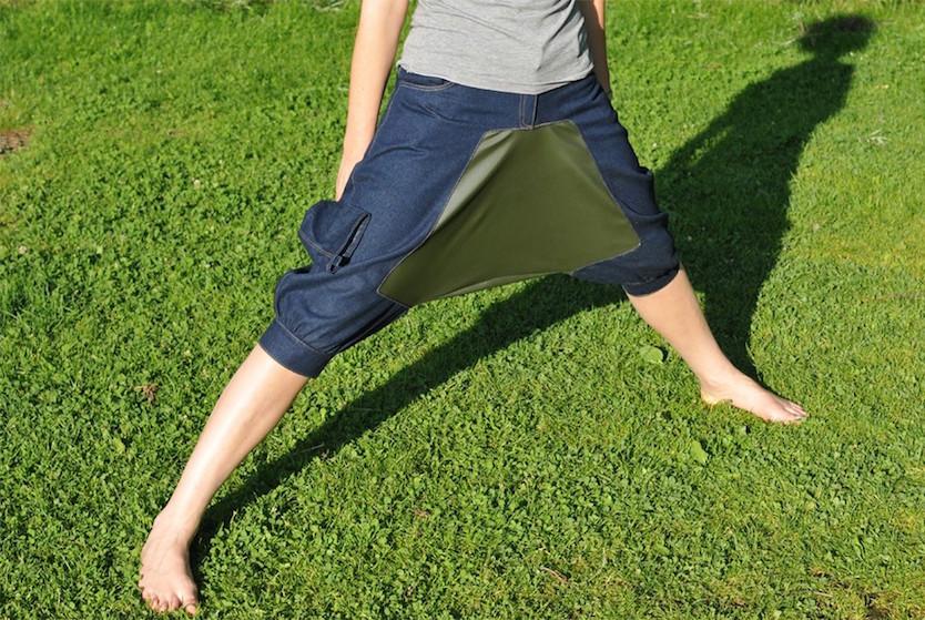 サルエルパンツのようなデザインだが、股の部分に布が張られていてあぐらをかけば、テーブルのようになる画期的なパンツ