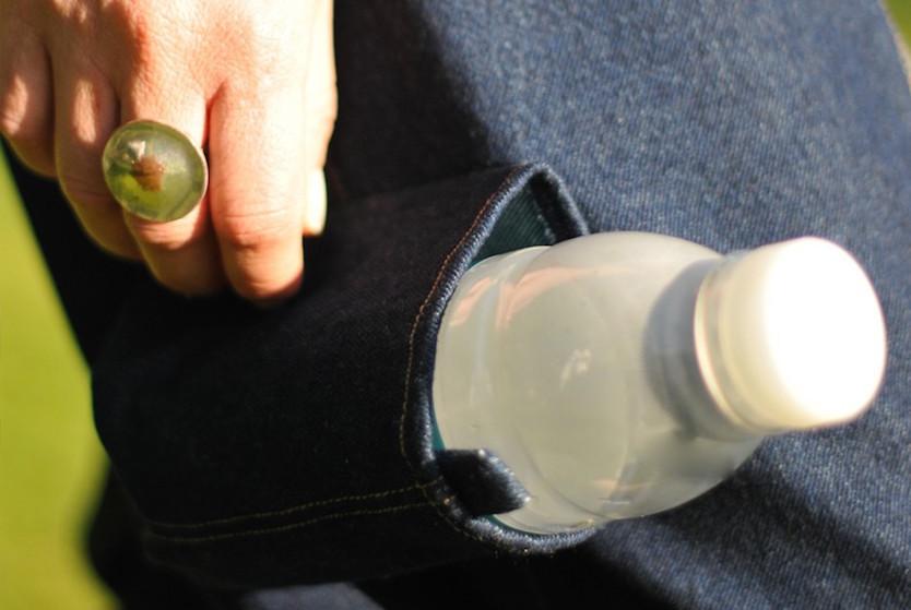右の太もも辺りにはペットボトルがちょうど入るポケットが付いており、座ると上を向くようにできている