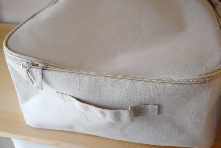 フタ付きのソフトボックスには、細かい衣類といったほこりからカバーするものを収納